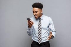 Επιχειρησιακή έννοια - αγχωτικός επιχειρηματίας αφροαμερικάνων που φωνάζει και που κραυγάζει στο κινητό τηλέφωνο Στοκ Φωτογραφίες
