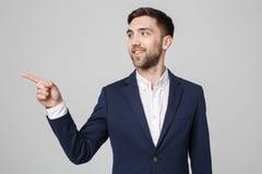Επιχειρησιακή έννοια - βέβαιο χαμόγελο επιχειρησιακών ατόμων πορτρέτου όμορφο που δείχνει με το δάχτυλο Άσπρη ανασκόπηση Στοκ εικόνα με δικαίωμα ελεύθερης χρήσης