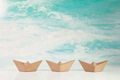 Επιχειρησιακή έννοια για την πρόκληση και τη μετακίνηση: τρεις βάρκες ο εγγράφου Στοκ Εικόνες