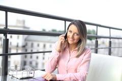 Επιχειρησιακή έννοια - επιχειρηματίας που μιλά στο τηλέφωνο στοκ εικόνες