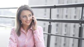 Επιχειρησιακή έννοια - επιχειρηματίας που μιλά στο τηλέφωνο στοκ εικόνες με δικαίωμα ελεύθερης χρήσης