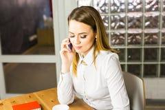 Επιχειρησιακή έννοια - επιχειρηματίας που μιλά στο τηλέφωνο στην αρχή Στοκ Φωτογραφίες
