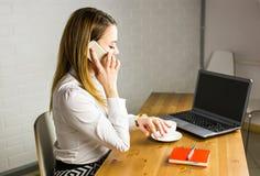 Επιχειρησιακή έννοια - επιχειρηματίας που μιλά στο τηλέφωνο στην αρχή Στοκ φωτογραφίες με δικαίωμα ελεύθερης χρήσης