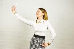 Επιχειρησιακή έννοια - επιχειρηματίας που μιλά στο τηλέφωνο στην αρχή Στοκ φωτογραφία με δικαίωμα ελεύθερης χρήσης