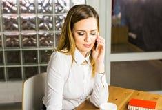 Επιχειρησιακή έννοια - επιχειρηματίας που μιλά στο τηλέφωνο στην αρχή Στοκ Εικόνες