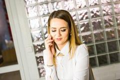 Επιχειρησιακή έννοια - επιχειρηματίας που μιλά στο τηλέφωνο στην αρχή Στοκ εικόνες με δικαίωμα ελεύθερης χρήσης