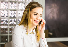Επιχειρησιακή έννοια - επιχειρηματίας που μιλά στο τηλέφωνο στην αρχή Στοκ εικόνα με δικαίωμα ελεύθερης χρήσης