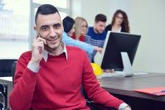 Επιχειρησιακή έννοια - επιχειρηματίας που μιλά στο τηλέφωνο στην αρχή Στοκ Φωτογραφία