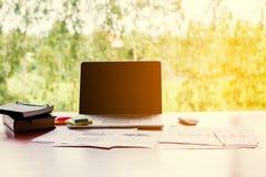 Επιχειρησιακή έννοια: Εργασιακός χώρος γραφείων με το lap-top wood στον επιτραπέζιο άργυρο Στοκ φωτογραφίες με δικαίωμα ελεύθερης χρήσης