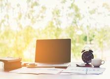 Επιχειρησιακή έννοια: Εργασιακός χώρος γραφείων με το lap-top wood στον επιτραπέζιο άργυρο Στοκ φωτογραφία με δικαίωμα ελεύθερης χρήσης