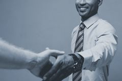 Επιχειρησιακή έννοια - κινηματογράφηση σε πρώτο πλάνο δύο βέβαιων επιχειρηματιών που τινάζουν τα χέρια κατά τη διάρκεια μιας συνε στοκ εικόνα