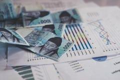 Επιχειρησιακή έννοια με τα χρήματα και τη γραφική παράσταση εγγράφων στον εργασιακό χώρο Στοκ Εικόνα