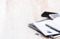 Επιχειρησιακή έννοια με την ημερήσια διάταξη, το κινητούς τηλέφωνο και τον υπολογιστή Στοκ Εικόνες