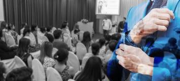 Επιχειρησιακή έννοια: οι άνθρωποι της Ασίας ακούνε στο επιχειρησιακό σεμινάριο Στοκ φωτογραφία με δικαίωμα ελεύθερης χρήσης