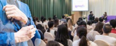 Επιχειρησιακή έννοια: οι άνθρωποι της Ασίας ακούνε στο επιχειρησιακό σεμινάριο Στοκ Εικόνα