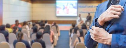 Επιχειρησιακή έννοια: οι άνθρωποι της Ασίας ακούνε στο επιχειρησιακό σεμινάριο Στοκ εικόνες με δικαίωμα ελεύθερης χρήσης