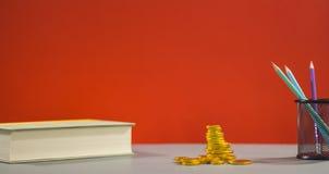 επιχειρησιακή έννοια οι&kapp Νόμισμα, ζωηρόχρωμα μολύβια για το drawi στοκ φωτογραφίες
