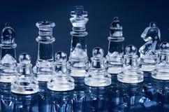 Επιχειρησιακή έννοια σκακιού της νίκης Αριθμοί σκακιού σε μια αντανάκλαση της σκακιέρας Στοκ Φωτογραφίες