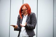 Επιχειρησιακή έννοια της επιτυχίας Σοβαρός επιτυχής προϊστάμενος γυναικών, στο α Στοκ Εικόνες