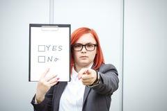 Επιχειρησιακή έννοια της επιλογής και της ψηφοφορίας Μια γυναίκα σε ένα κοστούμι και ένα gla Στοκ εικόνες με δικαίωμα ελεύθερης χρήσης