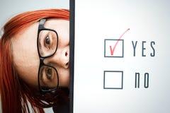 Επιχειρησιακή έννοια της επιλογής και της ψηφοφορίας Μια γυναίκα σε ένα κοστούμι και ένα gla Στοκ φωτογραφίες με δικαίωμα ελεύθερης χρήσης