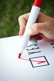 Επιχειρησιακή έννοια της επιλογής και της ψηφοφορίας Μια γυναίκα σε ένα κοστούμι και ένα gla Στοκ Εικόνες