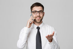 Επιχειρησιακή έννοια - όμορφο επιχειρησιακό άτομο πορτρέτου στο τηλέφωνο με το βέβαιο πρόσωπο χαμόγελου Άσπρη ανασκόπηση διάστημα Στοκ φωτογραφία με δικαίωμα ελεύθερης χρήσης