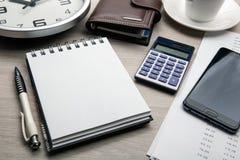 Επιχειρησιακή ακόμα ζωή από ένα σημειωματάριο, ένα smartphone, ένα ρολόι, ένα φλιτζάνι του καφέ, ένας υπολογιστής στοκ εικόνες