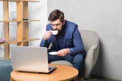 Επιχειρησιακή αλληλογραφία Σύγχρονος επιχειρηματίας Lap-top εργασίας επιχειρηματιών Αποκριμένος επιχειρησιακό ηλεκτρονικό ταχυδρο στοκ εικόνες με δικαίωμα ελεύθερης χρήσης