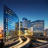 Επιχειρησιακή αρχιτεκτονική - ουρανοξύστες και ελαφριά ίχνη Στοκ Εικόνες