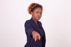 επιχειρησιακή γυναίκα αφροαμερικάνων που δείχνει το δάχτυλο το SCRη Στοκ φωτογραφία με δικαίωμα ελεύθερης χρήσης