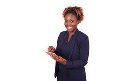 Επιχειρησιακή γυναίκα αφροαμερικάνων που χρησιμοποιεί έναν αφής υπολογιστή ταμπλετών Στοκ Εικόνα