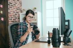 Επιχειρησιακή γυναίκα εικόνων που κρατά την επαγγελματική κάμερα Στοκ φωτογραφία με δικαίωμα ελεύθερης χρήσης