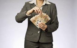 Επιχειρησιακή γυναίκα και ανεμιστήρας χρημάτων Στοκ φωτογραφίες με δικαίωμα ελεύθερης χρήσης