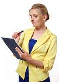 Επιχειρησιακή γυναίκα με έναν φάκελλο και μια μάνδρα υπό εξέταση Στοκ εικόνα με δικαίωμα ελεύθερης χρήσης