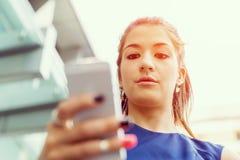 Επιχειρησιακή γυναίκα με ένα έξυπνο τηλέφωνο Στοκ Εικόνες