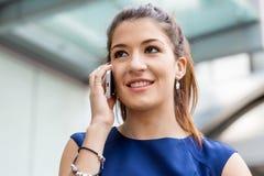 Επιχειρησιακή γυναίκα με ένα έξυπνο τηλέφωνο Στοκ Φωτογραφίες