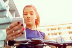 Επιχειρησιακή γυναίκα με ένα έξυπνο τηλέφωνο Στοκ εικόνες με δικαίωμα ελεύθερης χρήσης