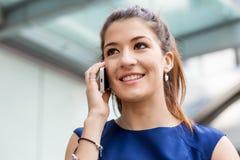 Επιχειρησιακή γυναίκα με ένα έξυπνο τηλέφωνο Στοκ Εικόνα