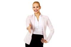 Επιχειρησιακή γυναίκα με ένα ανοικτό χέρι έτοιμο για τη χειραψία στοκ εικόνα