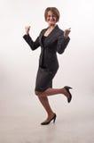 Επιχειρησιακή γυναίκα με τα γυαλιά που γιορτάζει την επιτυχία, ευτυχή για το W της Στοκ Εικόνες