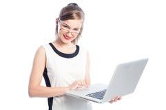 Επιχειρησιακή γυναίκα με τα γυαλιά που κρατά το lap-top Στοκ φωτογραφία με δικαίωμα ελεύθερης χρήσης