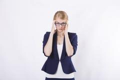 Επιχειρησιακή γυναίκα με τα γυαλιά στο σακάκι στην πίεση Στοκ φωτογραφία με δικαίωμα ελεύθερης χρήσης