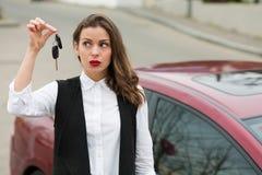 Επιχειρησιακή γυναίκα με τα κλειδιά αυτοκινήτων στοκ εικόνες με δικαίωμα ελεύθερης χρήσης