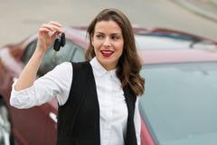 Επιχειρησιακή γυναίκα με τα κλειδιά αυτοκινήτων στοκ εικόνα με δικαίωμα ελεύθερης χρήσης
