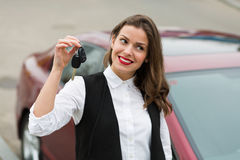 Επιχειρησιακή γυναίκα με τα κλειδιά αυτοκινήτων στοκ φωτογραφίες με δικαίωμα ελεύθερης χρήσης
