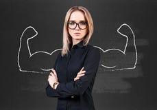 Επιχειρησιακή γυναίκα με τα συρμένα ισχυρά χέρια στοκ εικόνες