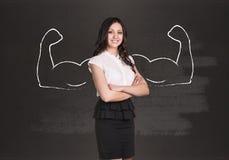 Επιχειρησιακή γυναίκα με τα συρμένα ισχυρά χέρια Στοκ φωτογραφία με δικαίωμα ελεύθερης χρήσης
