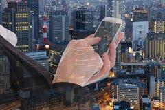 Επιχειρησιακή γυναίκα με την αμφιβολία τηλεφωνικών πόλεων επιχειρηματιών smartphone στοκ εικόνες