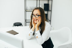 Επιχειρησιακή γυναίκα με την εργασία γυαλιών στον υπολογιστή στο γραφείο Στοκ Εικόνες